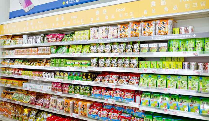 「札幌藥妝 沖繩國際通店」販賣各種零食