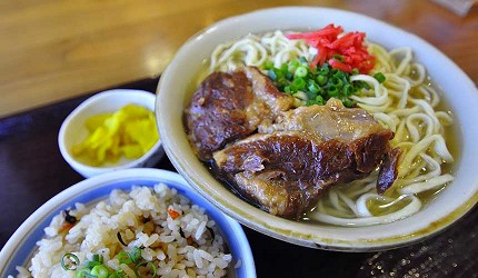 沖繩自由行必買唯一OUTLET「ASHIBINAA」裡的沖繩鄉土料理樂風的滷豬肉湯麵
