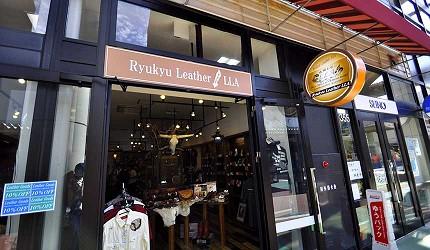 沖繩自由行必買唯一OUTLET「ASHIBINAA」裡的南洋民族風皮革手工藝品「Ryukyu Leather LLA」