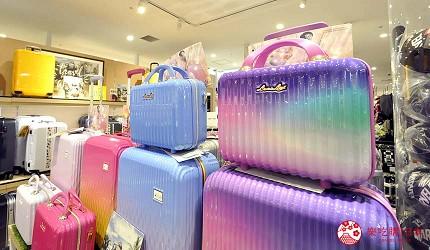 沖繩那霸有許多國際知名或本地有名氣的品牌進駐的新開購物中心「那霸OPA」內店面超大的「Booth by FILTERS」出售的繽紛夢幻色行李箱。