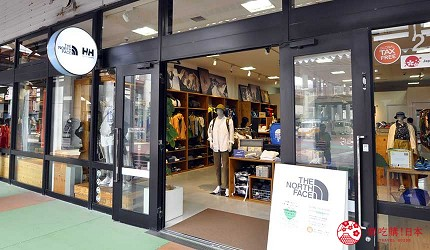 沖繩自由行必買唯一OUTLET「ASHIBINAA」裡的戶外運動休閒品牌代表「THE NORTH FACE」店門口