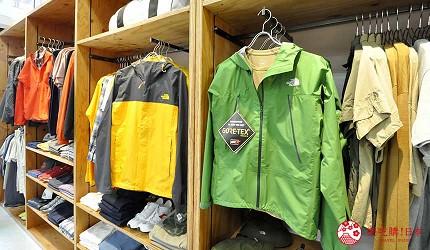 沖繩自由行必買唯一OUTLET「ASHIBINAA」裡的戶外運動休閒品牌代表「THE NORTH FACE」的外套