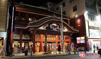 沖繩旅遊孝親自由行推薦必去購物地點「國際通」夜晚