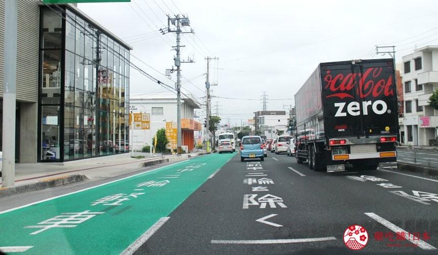 冲绳自驾游租车攻略介绍高速公路上的绿色巴士专用道