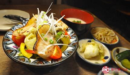 冲绳那霸阿古猪涮涮锅与猪排专门店推荐「冲绳猪排食堂岛豚屋」的内的油封猪肉沙拉与豆腐汤,和各式小菜